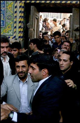 ورود احمدینژاد از درب پشت مسجد