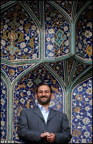 عکس یادگاری سعیدلو هنگام سخنرانی احمدینژاد