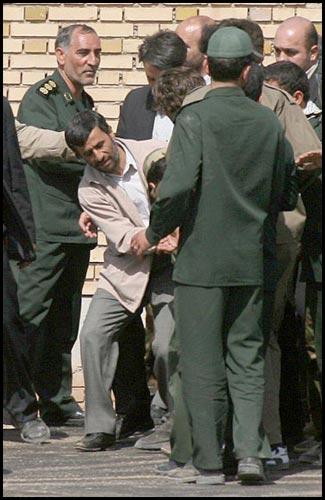 به نظرتان احمدینژاد چه میکند؟